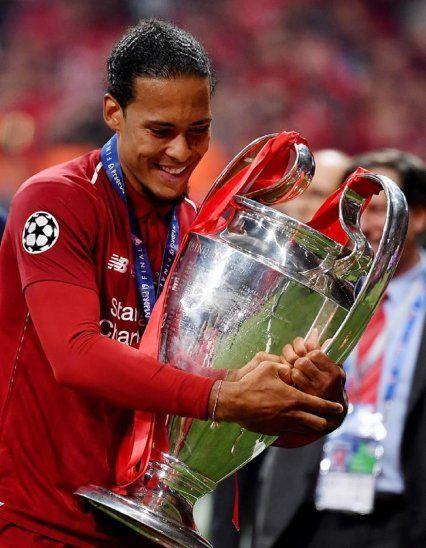 Virgil Van Dijk celebra con el trofeo de la Champions League.
