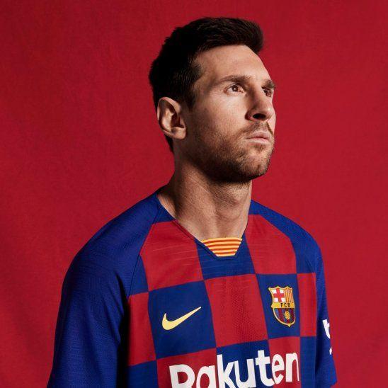 Leo Messi con la nueva remera del Barcelona.