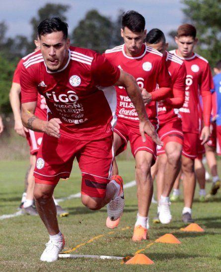 Gustavo Gómez encabeza el entrenamiento de la Selección.