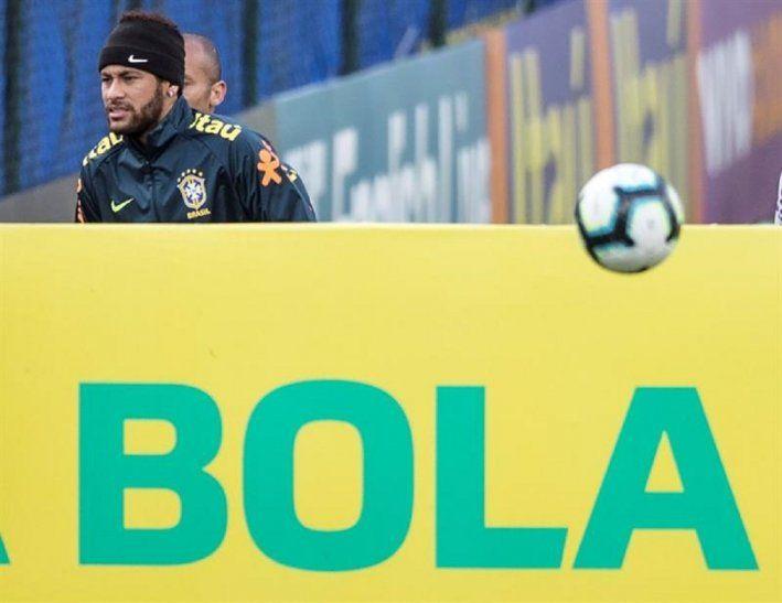 Neymar durante el entrenamiento de la Selección de Brasil.