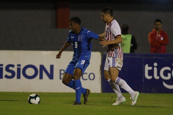 Rodrigo Rojas intenta recuperar el balón ante la presencia de Rigoberto Rivas.