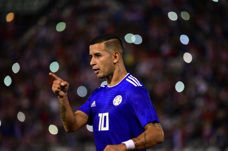 Derlis González celebra su gol de penal ante Guatemala.