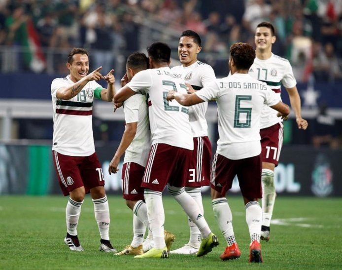 Jugadores de México celebran la anotación de un gol.