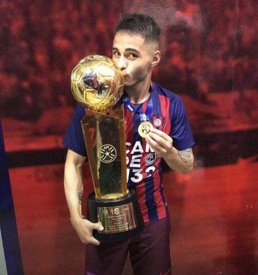 Josué Comán besa el trofeo conseguido con Cerro Porteño.