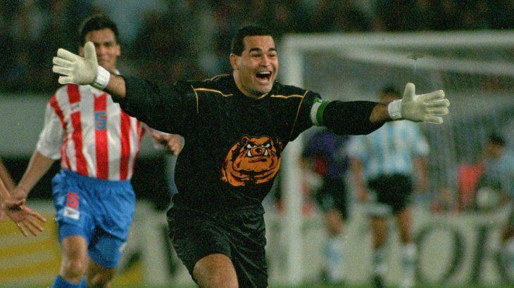 José Luis Chilavert celebra la anotación de un gol con Paraguay.