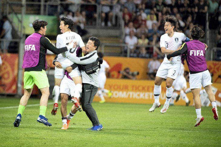 Jugadores de Corea del Sur celebran la clasificación.