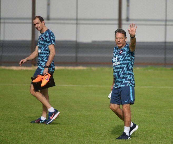 Miguel Ángel Russo (derecha) acompañado de su asistente técnico