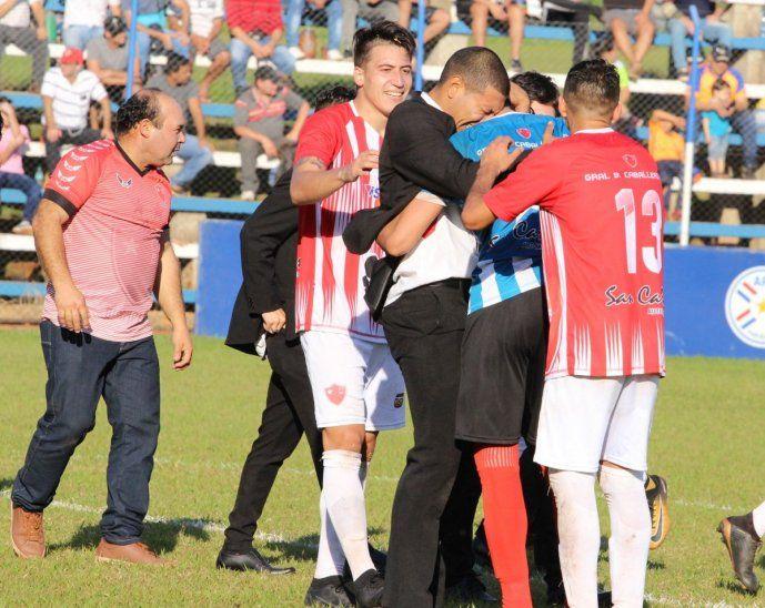 Cristian González es abrazado por sus compañeros y parte del cuerpo técnico tras ser el héroe en los penales ante el 19 de Marzo de San Ignacio.