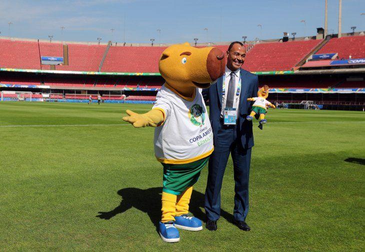 Cafú posa junto a la mascota de la Copa América.