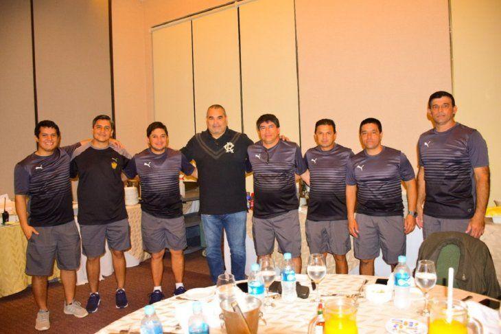Chilavert posa con integrantes del cuerpo técnico del Chanchón.