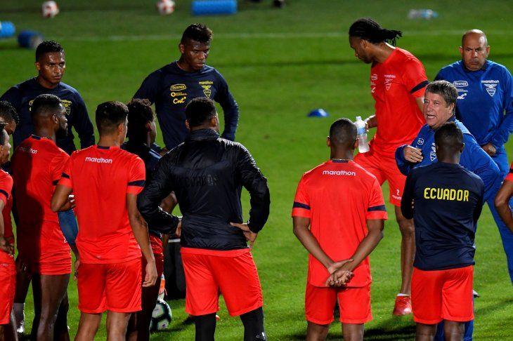 Bolillo Gómez habla con sus jugadores durante el entrenamiento.