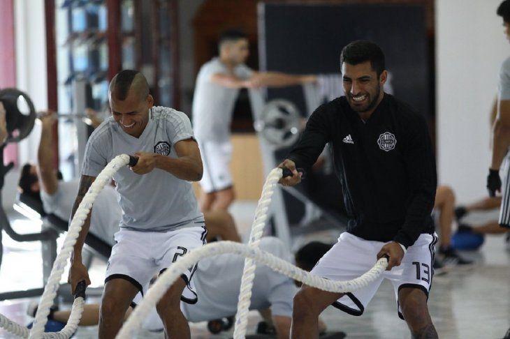 Al máximo. Sergio Otálvaro y Maxi Olivera reflejan en sus rostros el esfuerzo en los trabajos.
