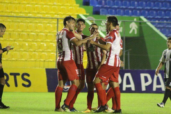 Jugadores de Corrales celebran la anotación de un gol.