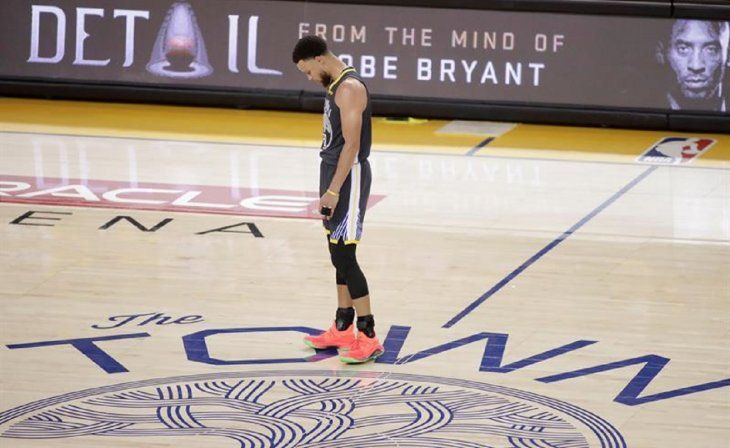StephenCurry se para en la cancha central durante el sexto partido de las Finales de la NBA.