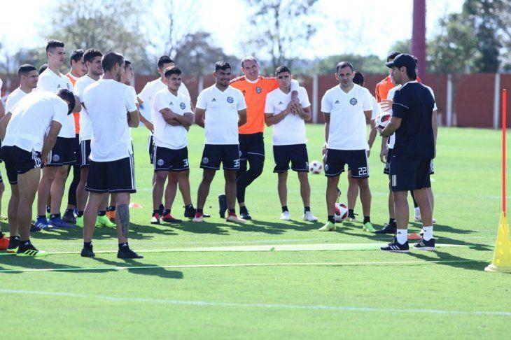 Jugadores de Olimpia escucha atentamente las indicaciones de Daniel Garnero.