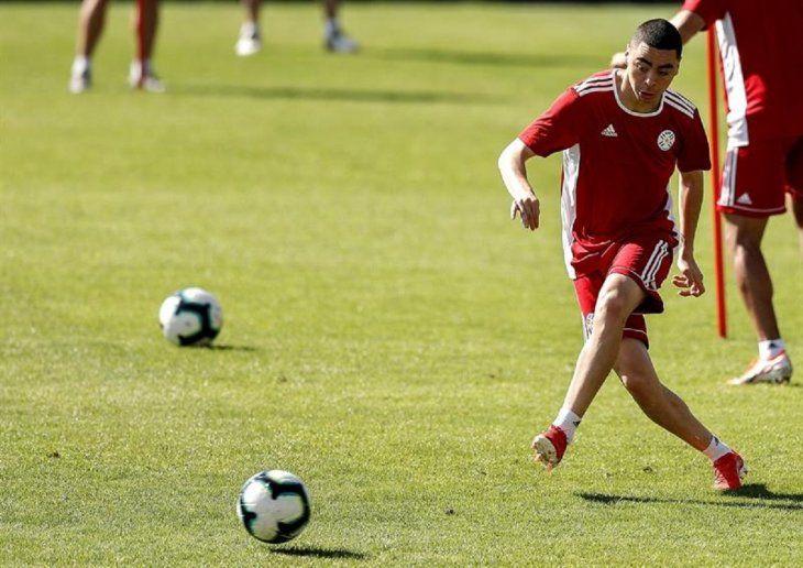 Miguel Almirón controla el balón durante un entrenamiento de Paraguay.