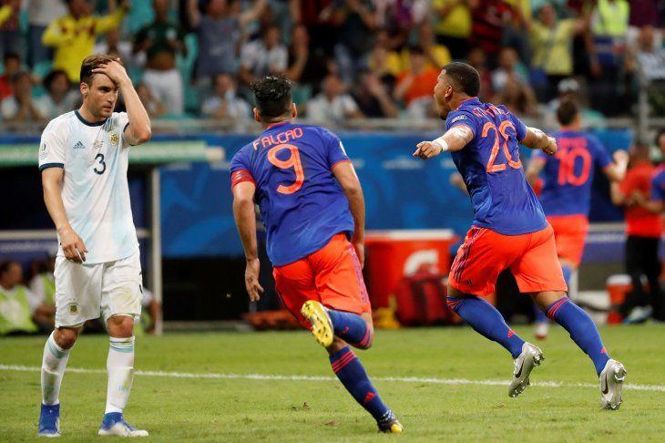 TRIUNFO.Radamel Falcao corre a celebrar el gol de Roger Martínez ante la desazón de Nicolás Tagliafico.