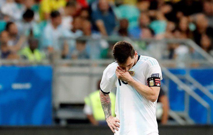Lionel Messi se lamenta por la derrota de Argentina en manos de Colombia.