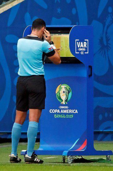 El árbitro colombiano Wilmar Roldán revisa el Árbitro Asistente de Vídeo (VAR).
