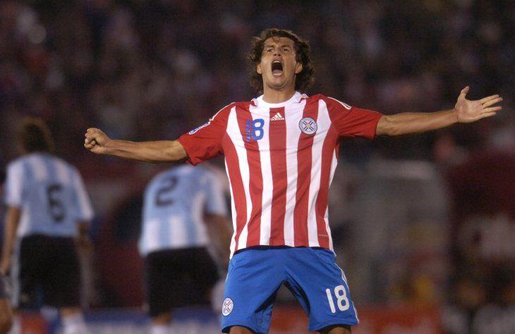 Nelson Haedo celebra un gol contra Argentina.