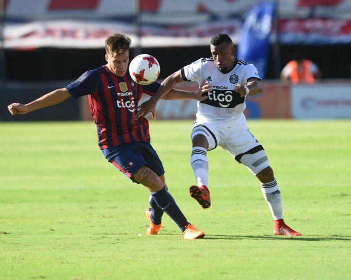 Farid Díaz vistiendo la camiseta de Olimpia en un clásico ante Cerro.