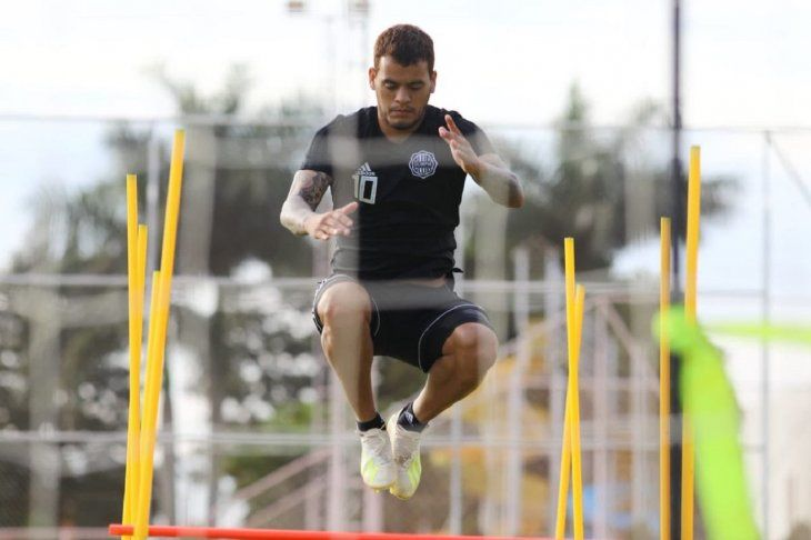 William Mendieta durante un entrenamiento de Olimpia.