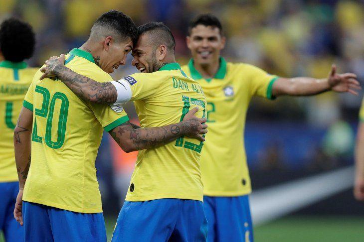 Firmino y Dani Alves convirtieron para Brasil.
