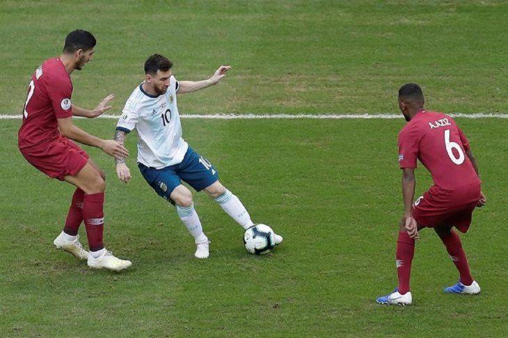 Messi soporta la marca de dos jugadores de Qatar.