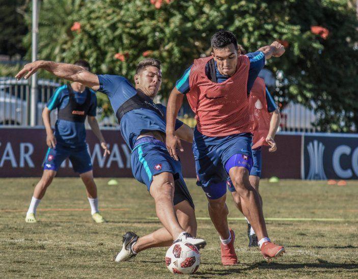 OPCIONES DE ATAQUE. Diego Churín y Alfio Oviedo pelean el balón en uno de los entrenamientos del Ciclón.
