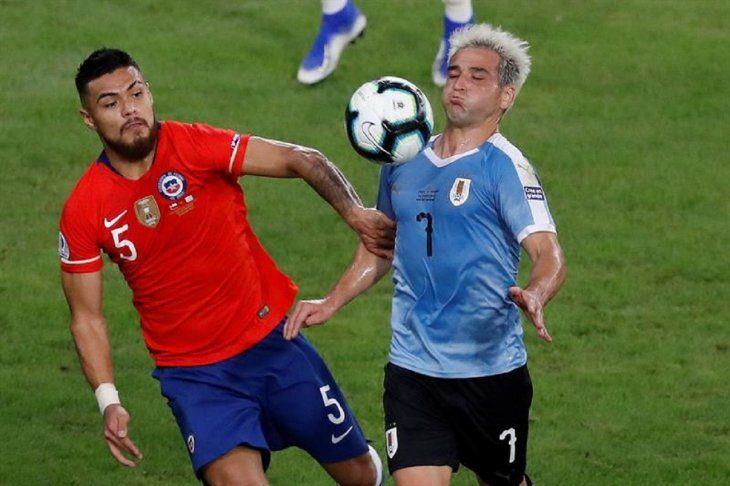 Paulo Díaz (i) disputa el balón con Nicolás Lodeiro de Uruguay.