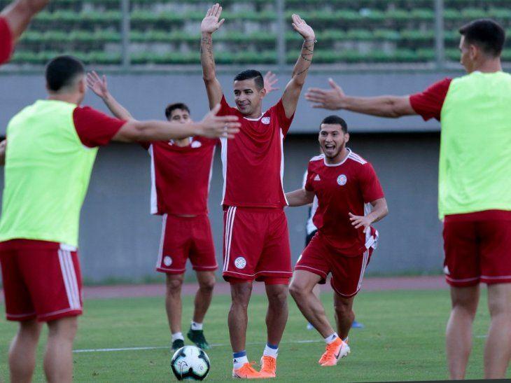 Derlis González levanta las manos durante un entrenamiento de la Selección.