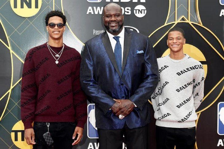 Shaquille ONeal (c) posa con sus hijos Shareef ONeal (i) y Shaqir ONeal (d).