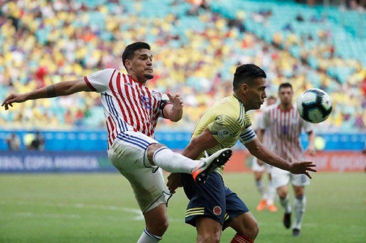 Gustavo Gómez rechaza el balón ante la marca de Falcao