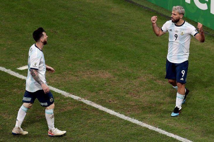 Messi se saluda con Sergio Agüero.