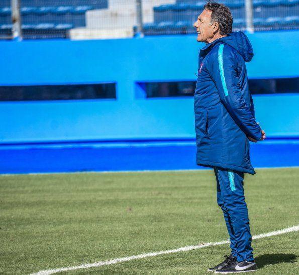 Miguel Ángel Russo mira el trabajo de sus jugadores.