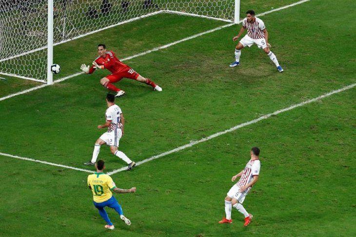 Gatito tapa un disparo de un jugador de Brasil.
