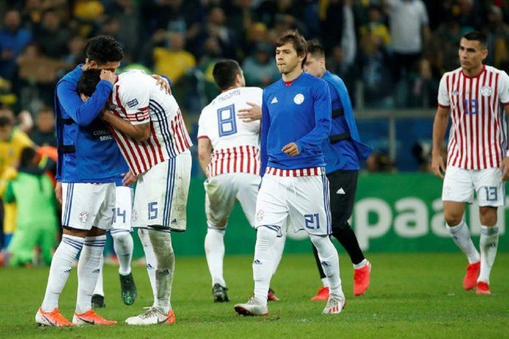 Óscar Romero (21) se dirige para consolar a Gustavo Gómez.