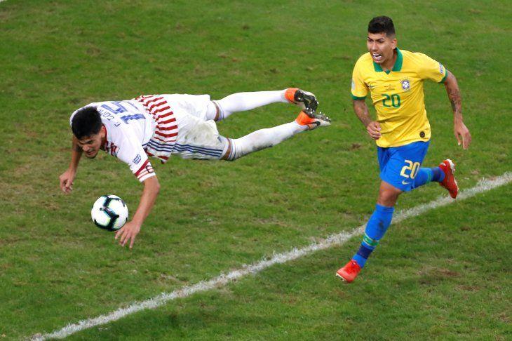 Gustavo Gómez despeja una pelota de cabeza.