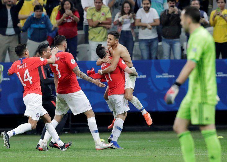Chile eliminó a Colombia y avanzó a semis.