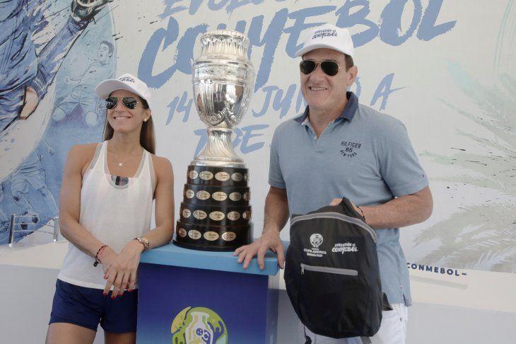 Carlos Gamarra junto a su parejaMaría José González posando al lado de la réplica de la Copa América.