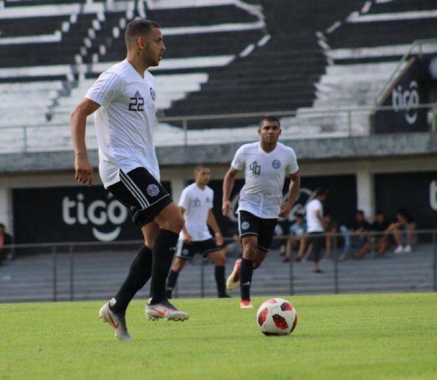 Buen control. Luis De la Cruz maneja el balón con criterio.