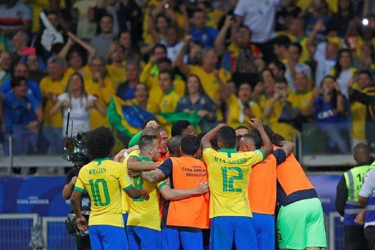 Jugadores de Brasil celebran el gol marcado ante Argentina.