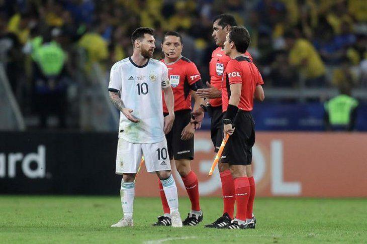 Messi se queja alárbitro ecuatoriano Robby Zambrano.