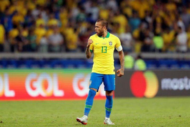 Dani Alves celebra el paso a la final de la Copa América.