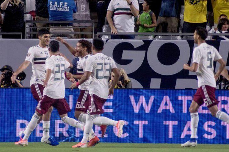 Jugadores de México celebran el gol de la victoria.