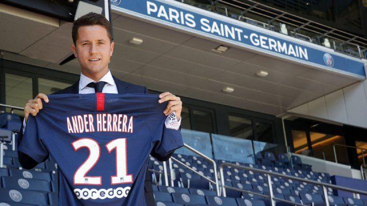 Ander Herrera fue presentado oficialmente como nuevo jugador del PSG.