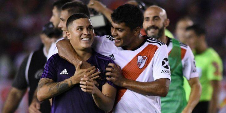 Robert Rojas abraza al colombiano Juan Fernando Quintero