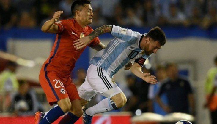 Messi supera la marca de Charles Aránguiz.