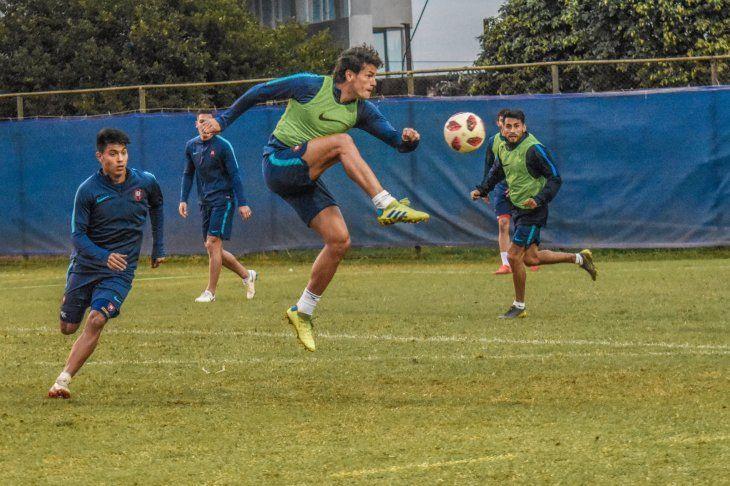 Control nivel... Nelson Haedo se eleva para quedarse con el balón durante el fútbol táctico.