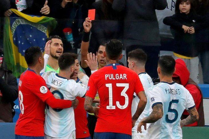 Mario Díaz de Vivar expulsa a Messi y a Medel.